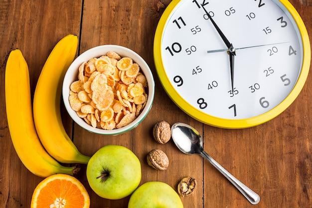 Petit-déjeuner Sain Fait Maison De Muesli, Pommes, Fruits Frais Et Noix Avec Horloge Photo gratuit
