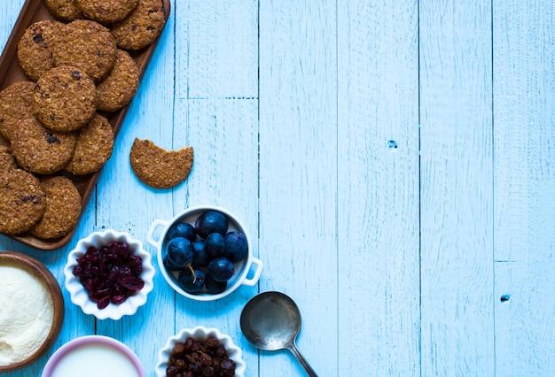 Petit Déjeuner Sain Avec Fond De Biscuits Aux Céréales Photo Premium