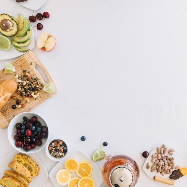 Petit-déjeuner sain sur fond blanc Photo gratuit