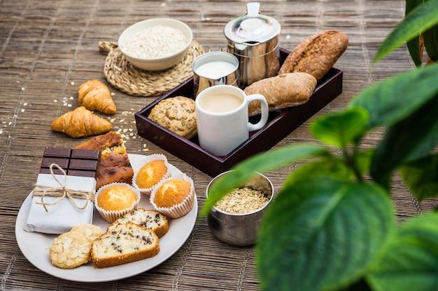 Petit-déjeuner sain frais sur napperon Photo gratuit
