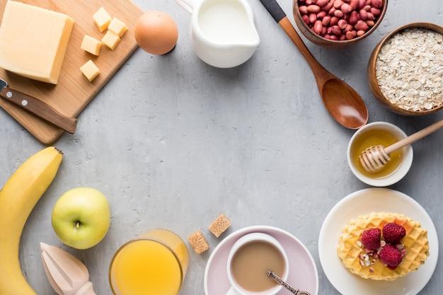 Petit-déjeuner Sain Fromage Jus De Café Café Miel Arachides Oeufs Biscuits Gaufres Céréales Avoine Pomme Banane Photo Premium