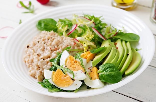 Petit-déjeuner Sain. Menu Diététique. Bouillie De Gruau Et Salade D'avocat Et œufs. Photo gratuit
