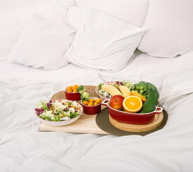 Petit-déjeuner Sain Et Sain Avec Des Fruits Sur Un Plateau Au Lit. Le Concept D'une Alimentation Saine. Photo gratuit