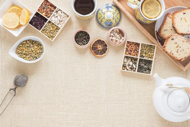 Petit-déjeuner sain avec une variété d'herbes et d'ingrédients sur un napperon Photo gratuit