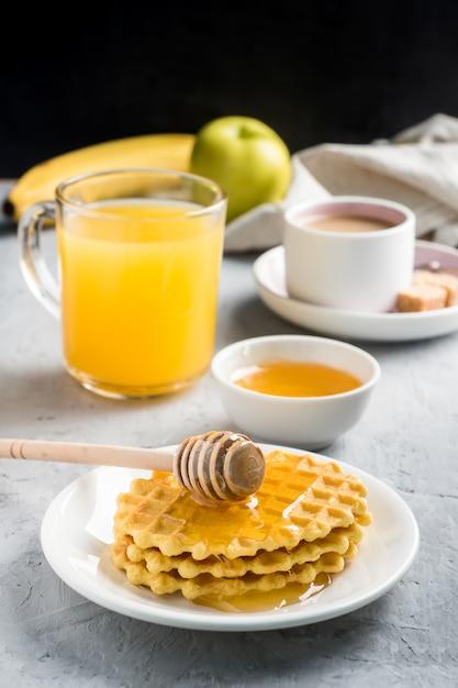 Petit Déjeuner Santé Jus De Fruits Cookies Miel Banane Sur Fond Gris Photo Premium