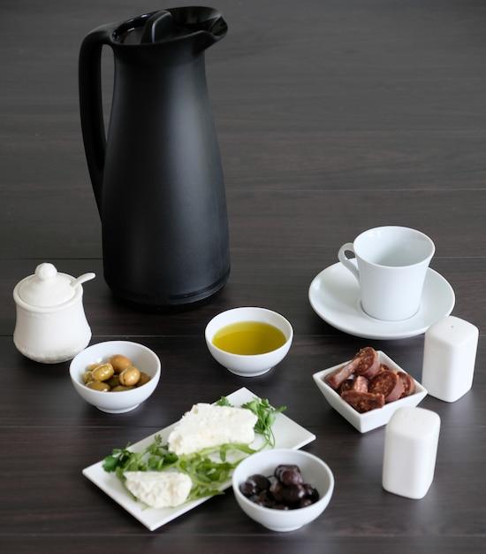 Petit déjeuner simple et léger avec des ingrédients sains Photo Premium