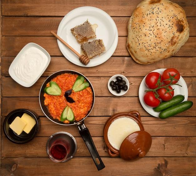 Petit déjeuner situé sur la vue de dessus de planche de bois Photo gratuit