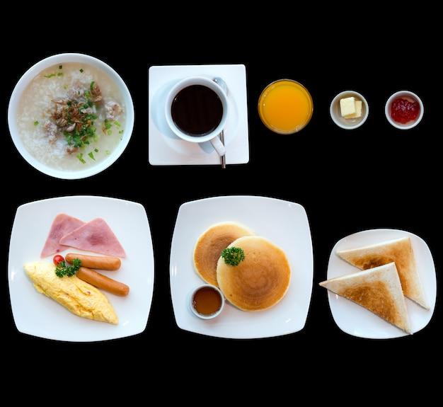 Petit déjeuner sur la table avec du pain à l'omelette, du café et des jus de fruits. Photo Premium