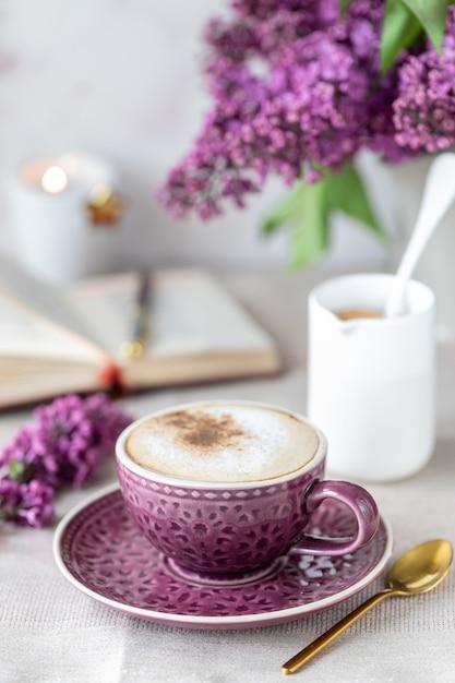 Petit Déjeuner Tasse De Café, Gaufres, Lait Et Crème Et Fleurs Lilas. Matin Photo Premium