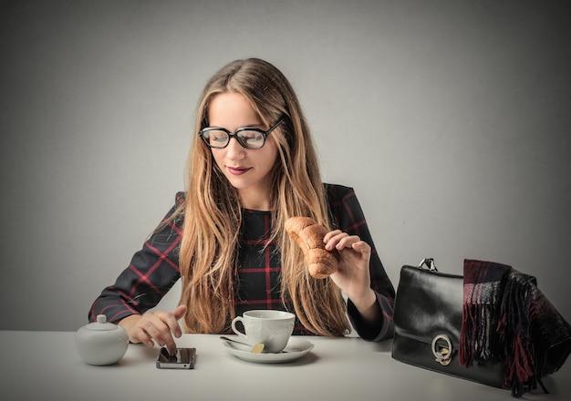 Petit déjeuner et technologie Photo Premium