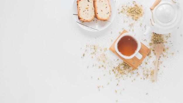 Petit déjeuner et thé au citron avec une théière en céramique blanche Photo gratuit