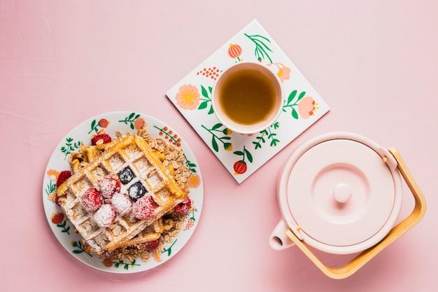 Petit déjeuner avec thé et gaufres Photo gratuit