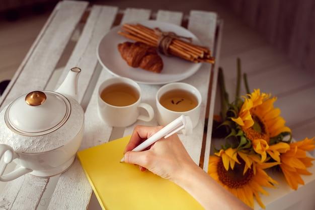 Petit-déjeuner avec thé et planification pour la journée Photo Premium