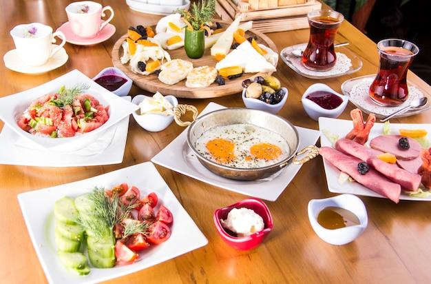 Petit-déjeuner turc - œuf au plat, pain, fromage, salade et thé - image Photo Premium