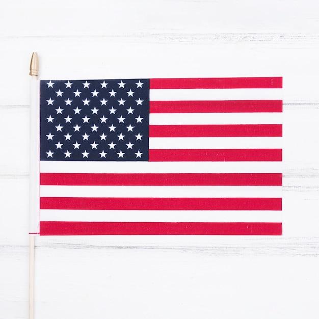 Petit drapeau américain sur un tableau blanc Photo gratuit