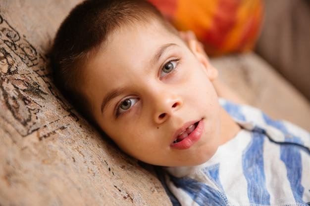 Petit enfant atteint de paralysie cérébrale bénéficie d'une thérapie musculo-squelettique en faisant des exercices Photo Premium