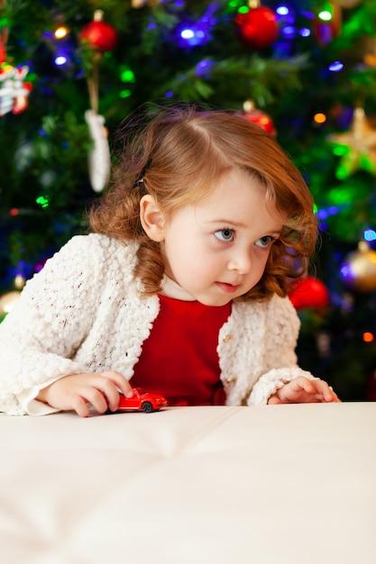 Petit Enfant Joue Avec Une Petite Voiture. Photo Premium