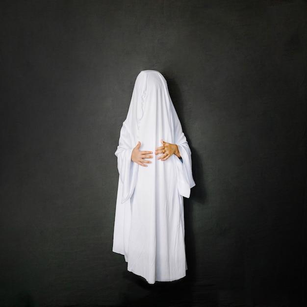 Petit fantôme sur fond gris Photo gratuit
