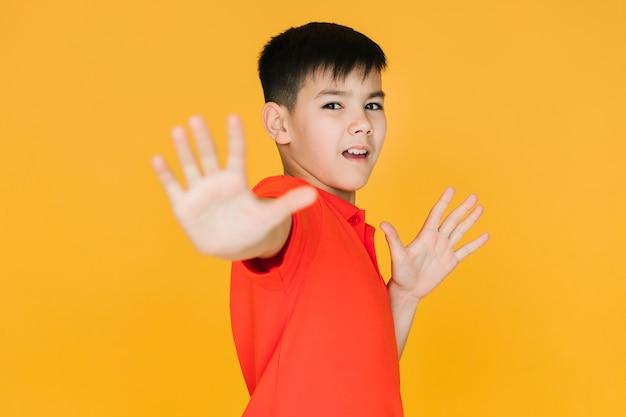 Petit garçon à l'air effrayé Photo gratuit