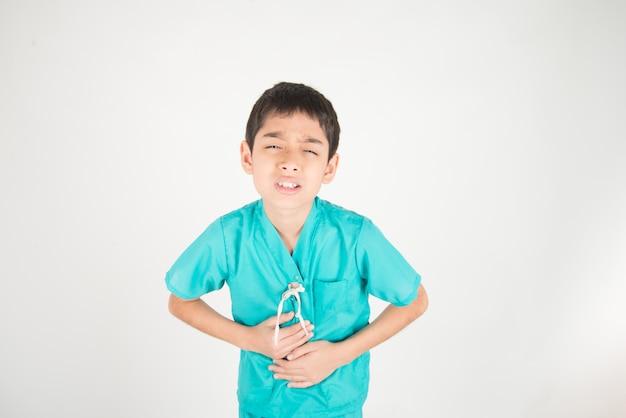 Petit garçon asianteenager a mal à l'estomac Photo Premium