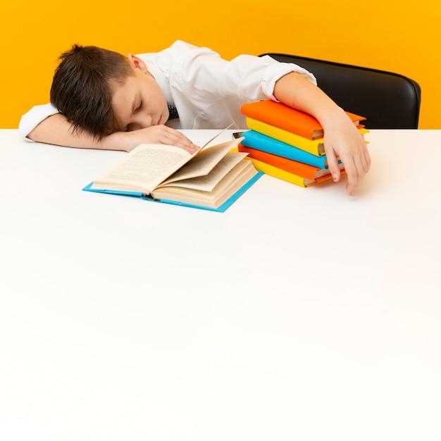Petit Garçon, Bureau, à, Pile Livres Photo gratuit