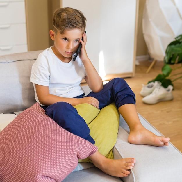 Petit garçon, conversation téléphone portable, haute vue Photo gratuit