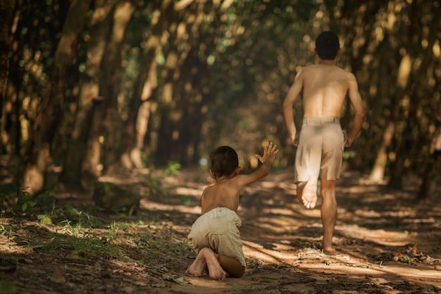 Petit garçon en cours d'exécution pour l'aide avec son frère en cours d'exécution Photo Premium