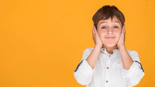 Petit garçon couvrant ses oreilles avec espace copie Photo gratuit