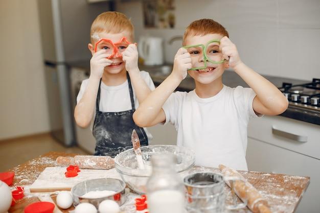 Petit garçon cuire la pâte pour les cookies Photo gratuit