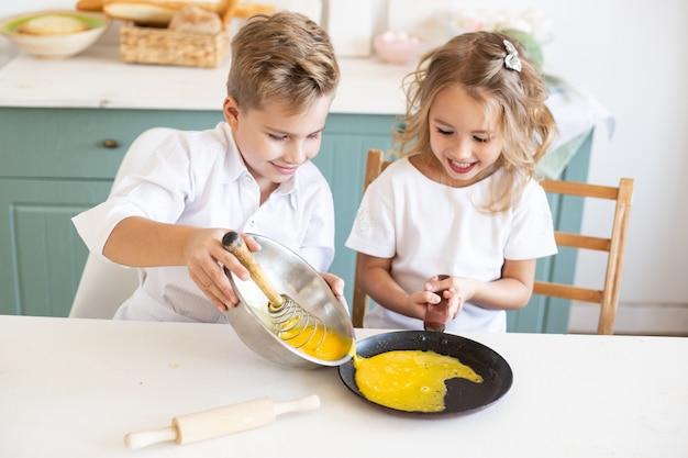 Petit Garçon Cuisiner Avec Sa Sœur Dans La Cuisine Photo Premium