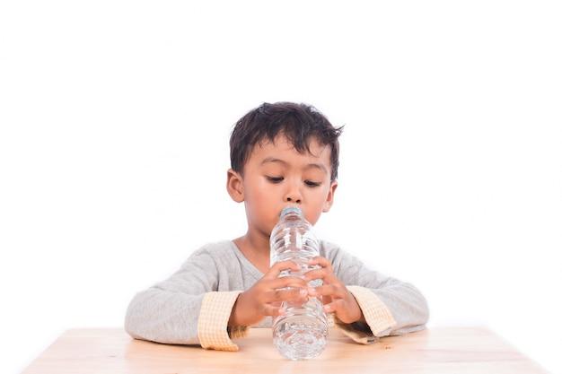 Petit garçon, eau potable Photo Premium