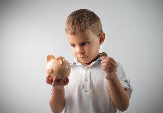 Petit garçon épargne Photo Premium