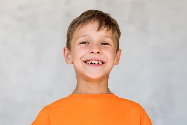 Petit garçon exprimant le bonheur Photo gratuit