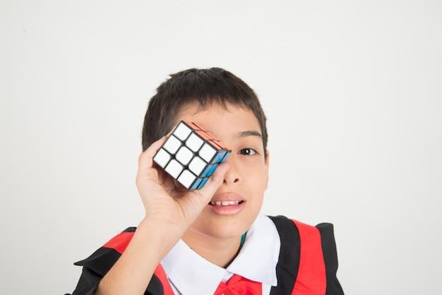 Petit garçon jouant au cube de rubik Photo Premium