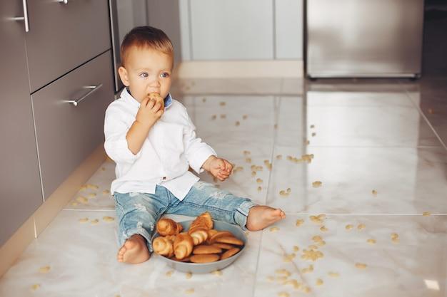 Petit garçon à la maison Photo gratuit