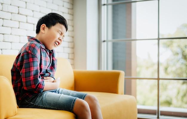 Un petit garçon a mal à l'estomac Photo Premium