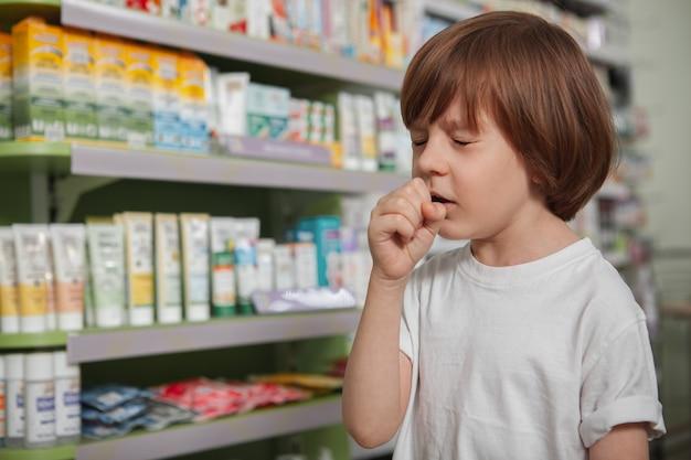 Petit garçon malade à la pharmacie Photo Premium