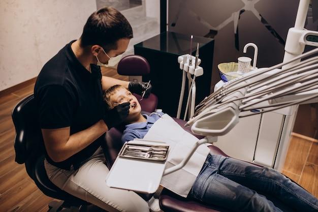 Petit Garçon Patient Au Dentiste Photo gratuit