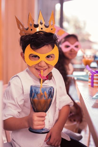 Petit Garçon Portant Un Masque Mignon Tout En étant à La Fête D'anniversaire Photo Premium