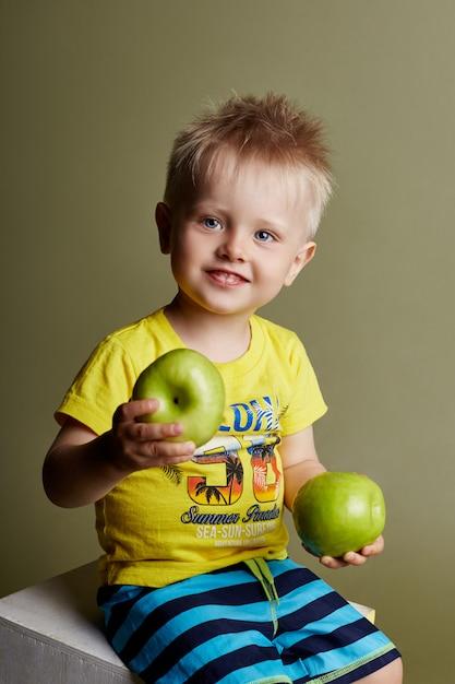 Petit garçon posant, modèle de garçon émotions gaies Photo Premium