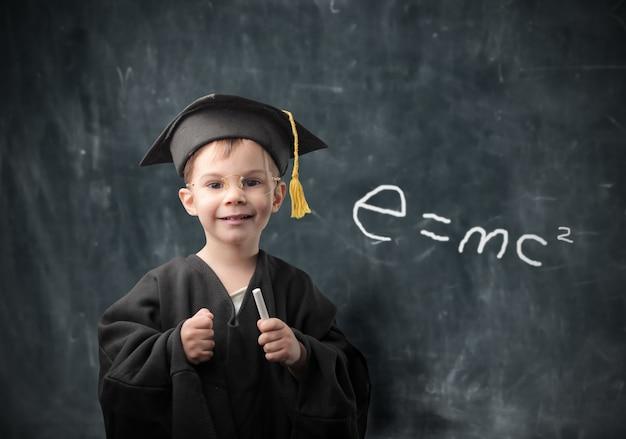 Petit garçon rêvant d'obtenir son diplôme Photo Premium