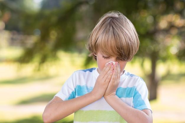 Petit garçon se moucher Photo Premium