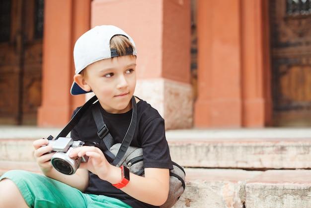 Le Petit Garçon Veut Devenir Photographe. Garçon Avec Un Appareil Photo Numérique, Prendre Des Photos. Projet Scolaire Pour Les Enfants. Profession Future. Photo Premium