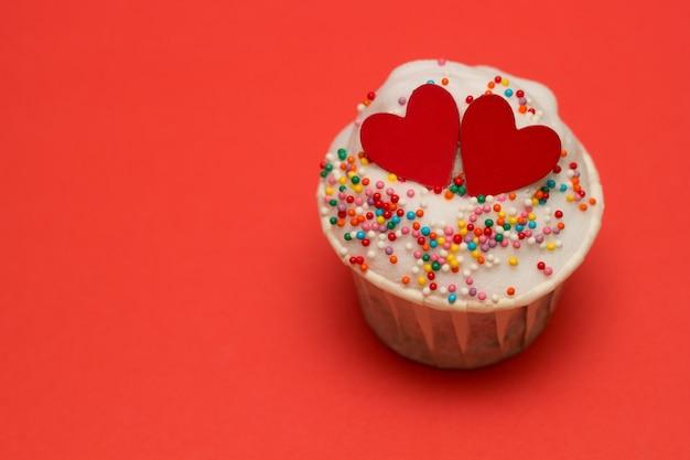 Petit gâteau aux coeurs rouges Photo Premium