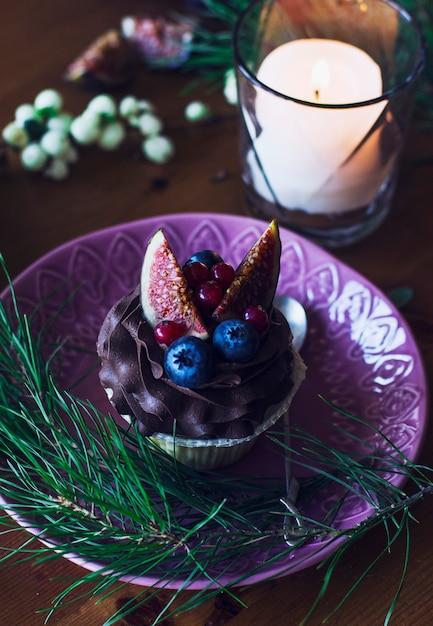 Petit gâteau aux figues et baies sur la table de noël Photo Premium