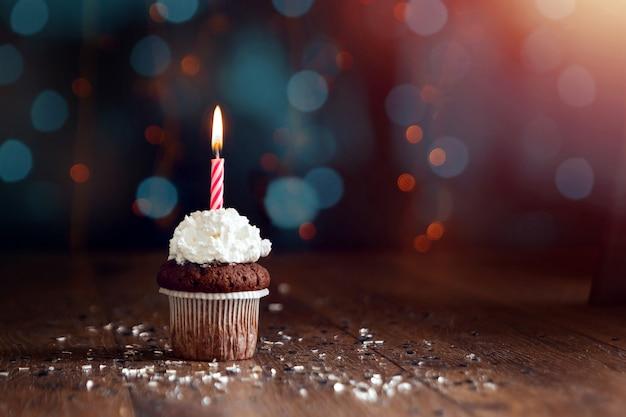 Petit gâteau avec des bougies, beau bokeh. bon anniversaire Photo Premium