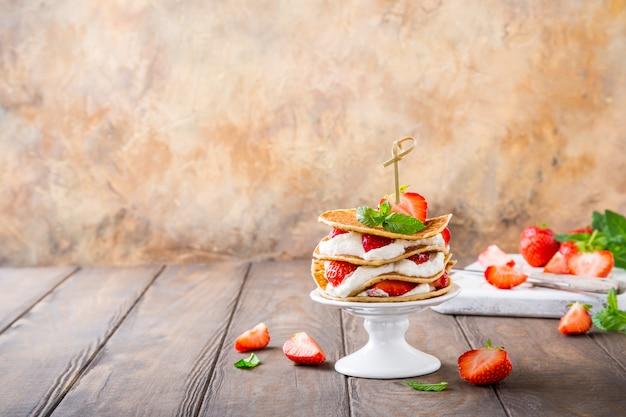 Petit gâteau fait de crêpes Photo Premium
