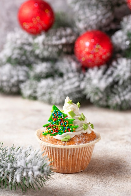 Petit Gâteau De Fête Avec Crème Photo Premium