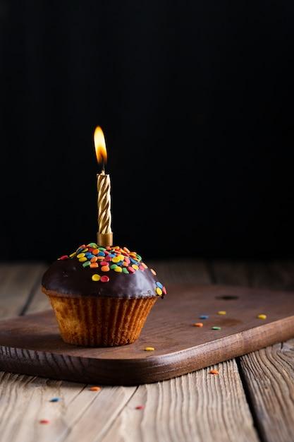 Petit gâteau glacé avec une bougie allumée Photo gratuit