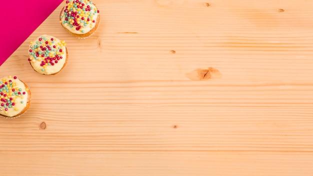 Petit gâteau et papier rose Photo gratuit